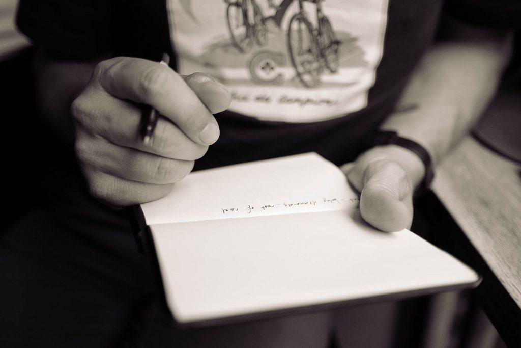 persoon schrijft in notitieboek
