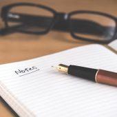 Notitieboekje met pen en bril