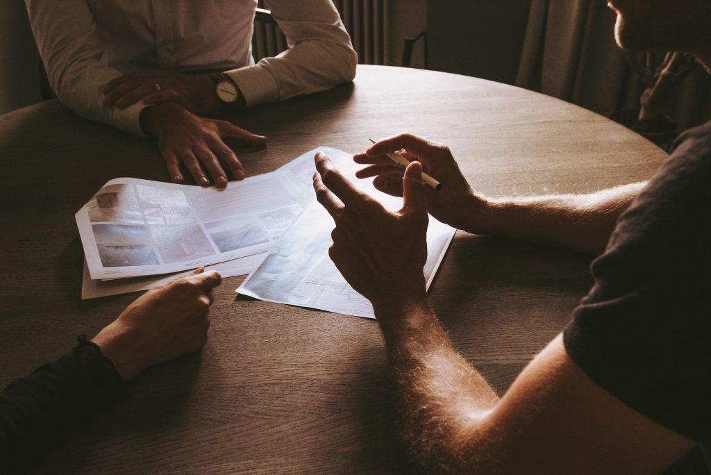 Mensen rondom tafel bespreken richting bedrijf