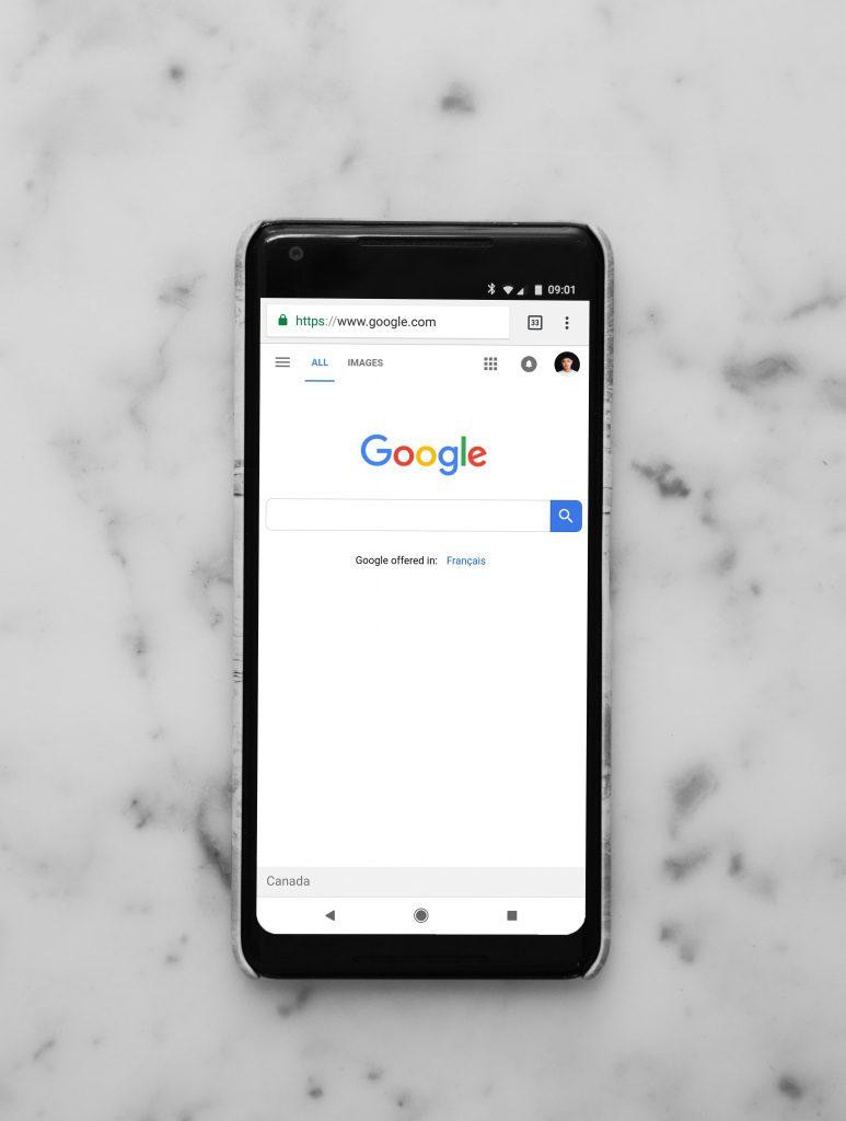 Smartphone met google op scherm