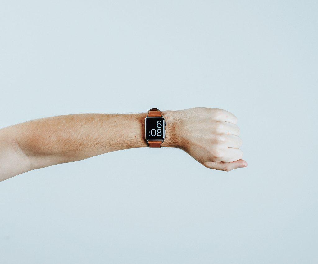 Horloge met tijd om pols