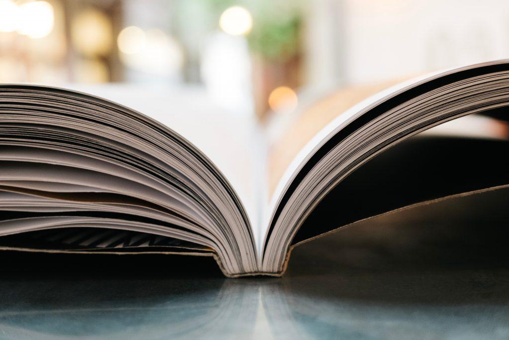 open geslagen boek zijkant