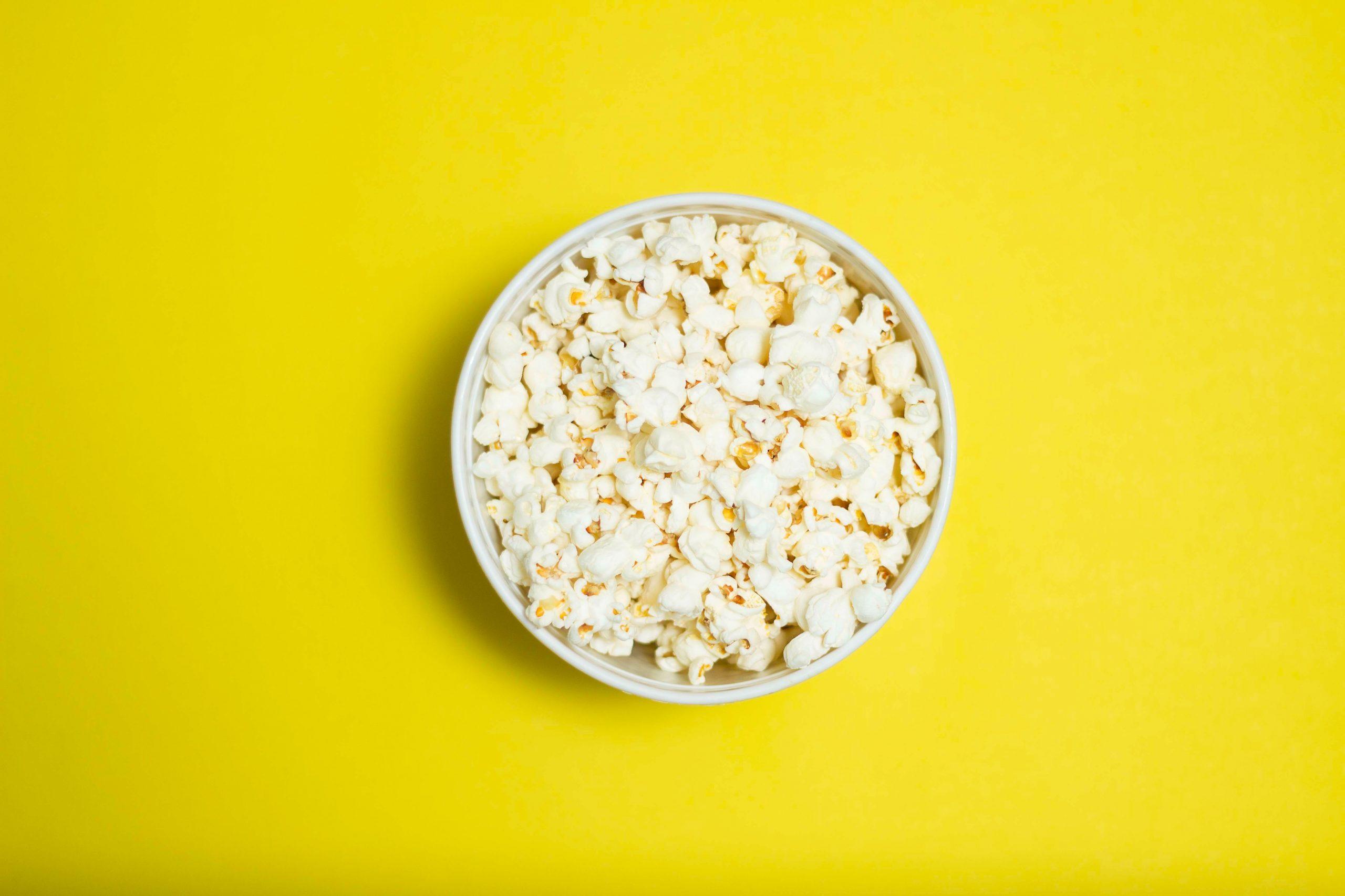 popcorn in witte keramische bol